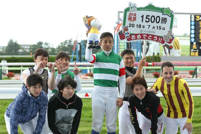 岩田1500勝の表彰に騎手仲間が大勢参加!さすが岩田さん!